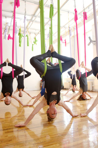 Kopfüber beim Aerial Yoga